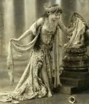 1905 Mata Hari performs a Javanese dance