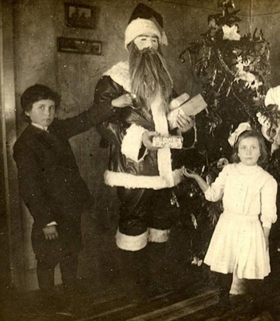 creepy-victorian-santa-by-stevechasmar-v